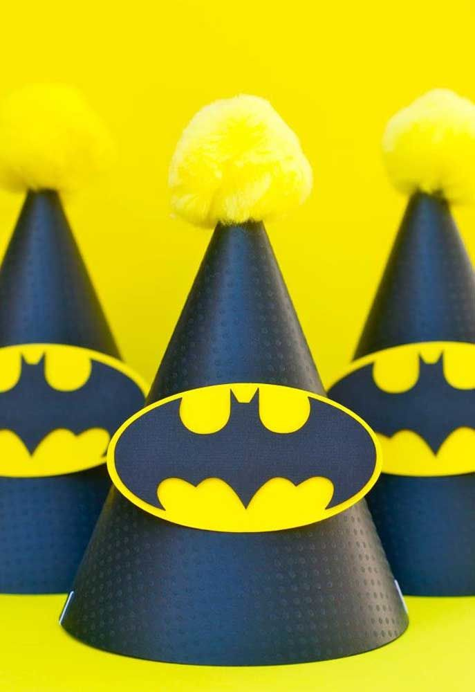 Quer deixar as crianças no ritmo da festa? Distribua chapéus com o símbolo do Batman.