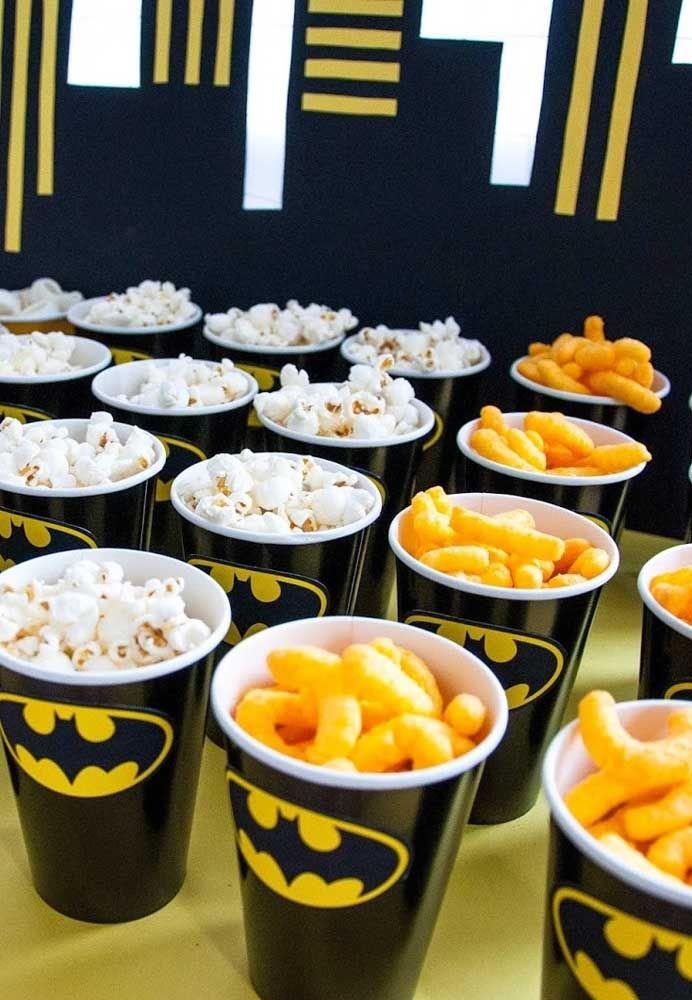 Pipoca e salgadinho qual criança não gosta? Na festa com o tema Batman, aproveite para servir esses petiscos em um copo personalizado.