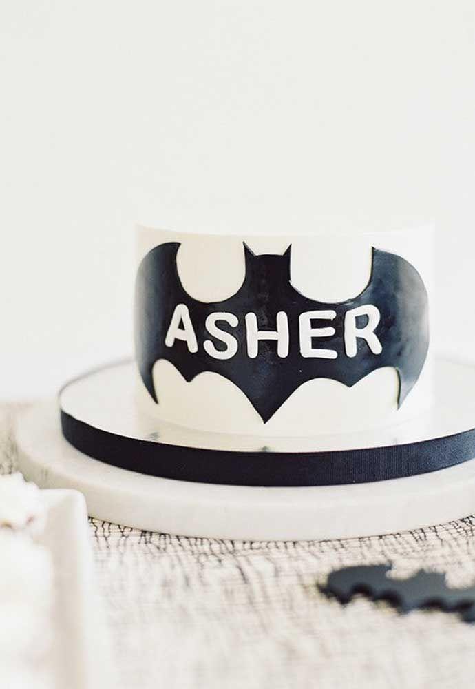 Na hora de personalizar os elementos da festa com o tema Batman, coloque o nome da criança.