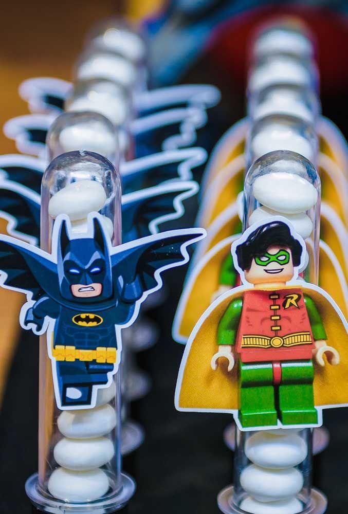 A tendência do momento é fazer a festa com o tema de heróis usando o brinquedo lego.