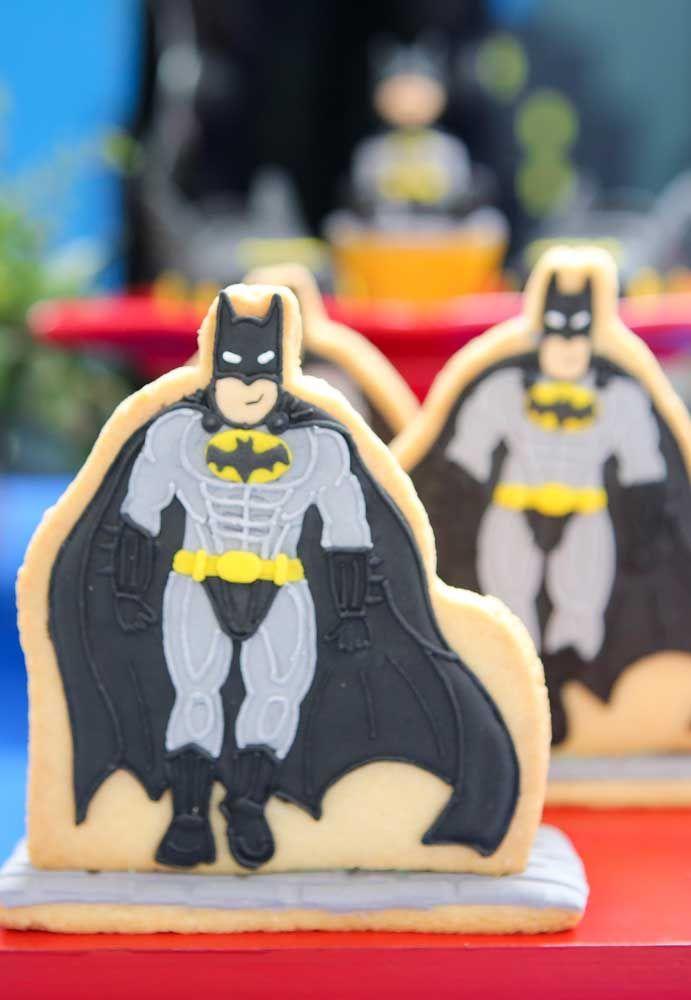 Você pode fazer o boneco do Batman nos biscoitos usando pasta americana para que o formato fique perfeito.