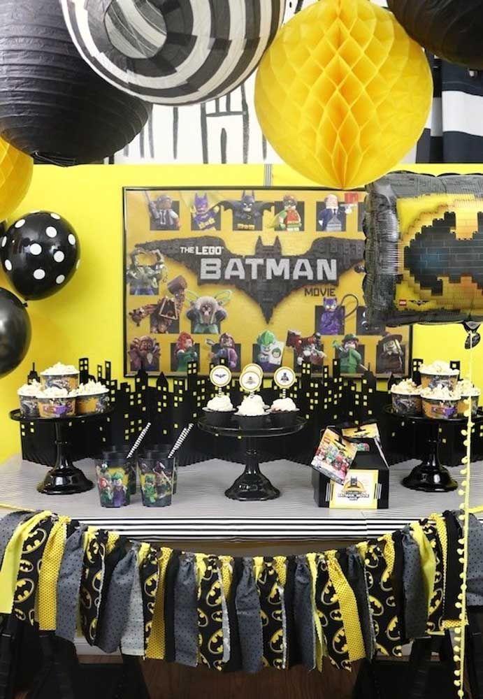 A festa temática Lego permite usar a criatividade de várias formas para criar um cenário incrível do Batman.