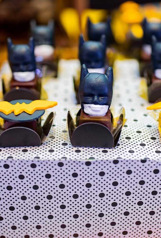 Você decorar os docinhos da festa com alguns elementos que fazem referência ao tema como o símbolo do Batman e cabeça do personagem.