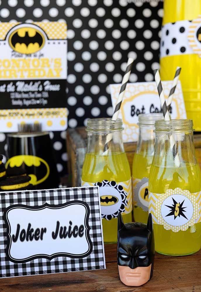 Prepare um cantinho só para servir as bebidas. Faça uma decoração toda estilosa usando o tema Batman.