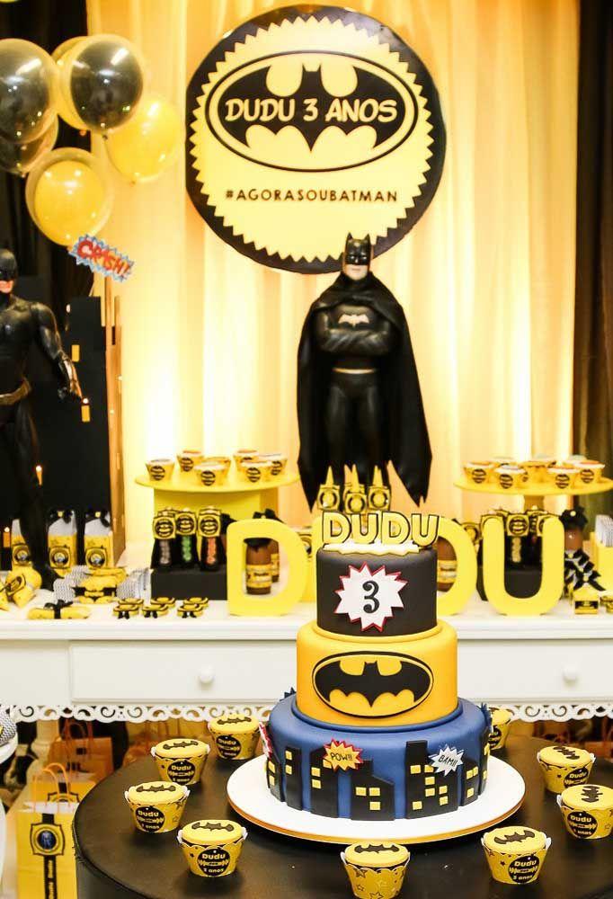 Se você deseja caprichar na mesa principal da festa, não economize nos elementos decorativos. Uma boa opção é usar bonecos grandes do Batman.