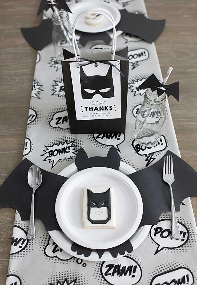 Na mesa dos pequenos, coloque os pratos e decore com um morcego entre um prato e outro. Em cima, coloque um biscoito personalizado com o personagem Batman.
