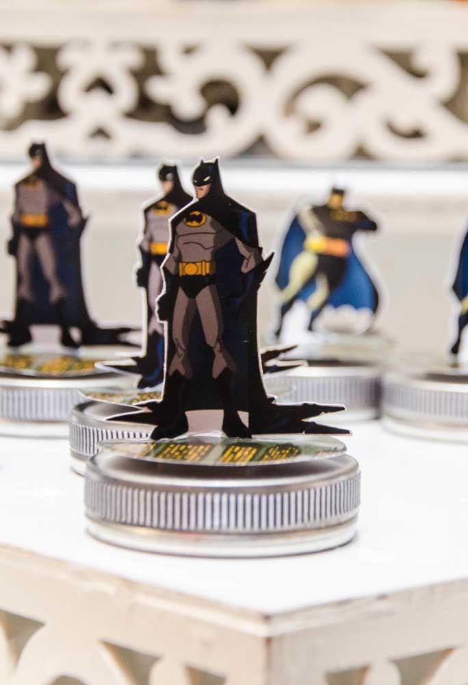 Espalhe a figura do Batman em todo canto da decoração.