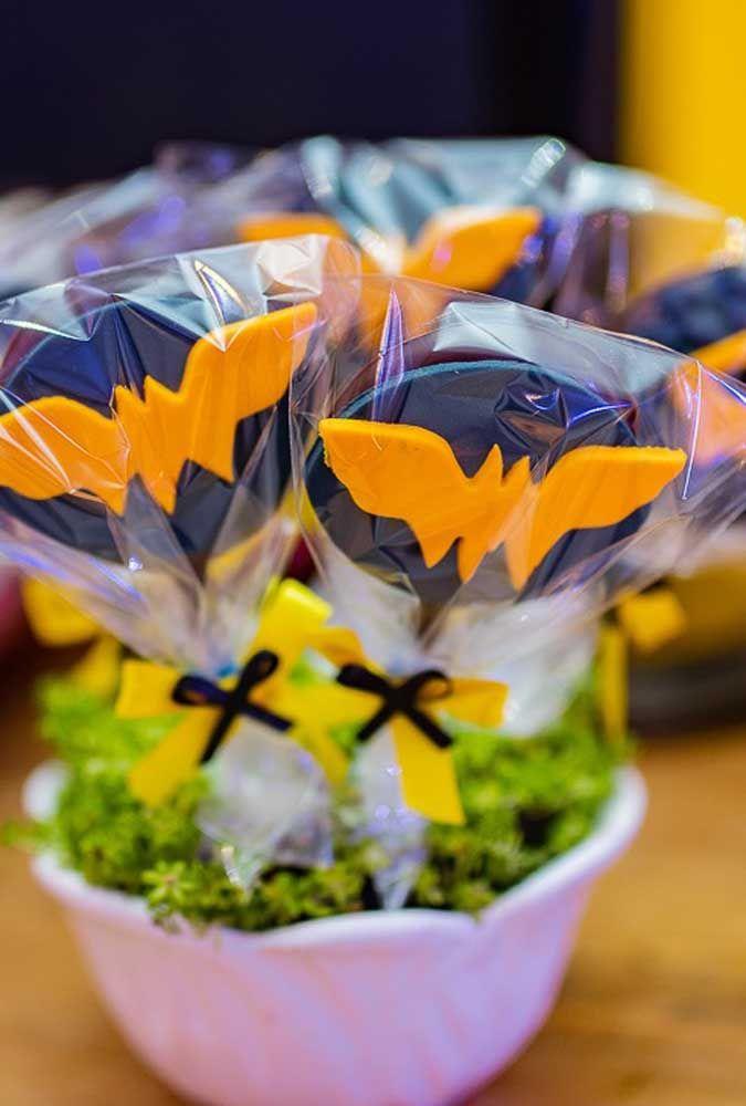 Distribua pirulitos de chocolate no formato do símbolo do Batman.