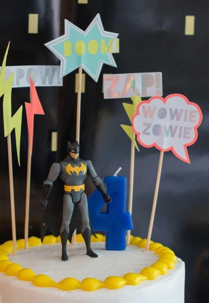 Você pode fazer um bolo simples de aniversário e apenas colocar o boneco do Batman no topo para ilustrar o tema.