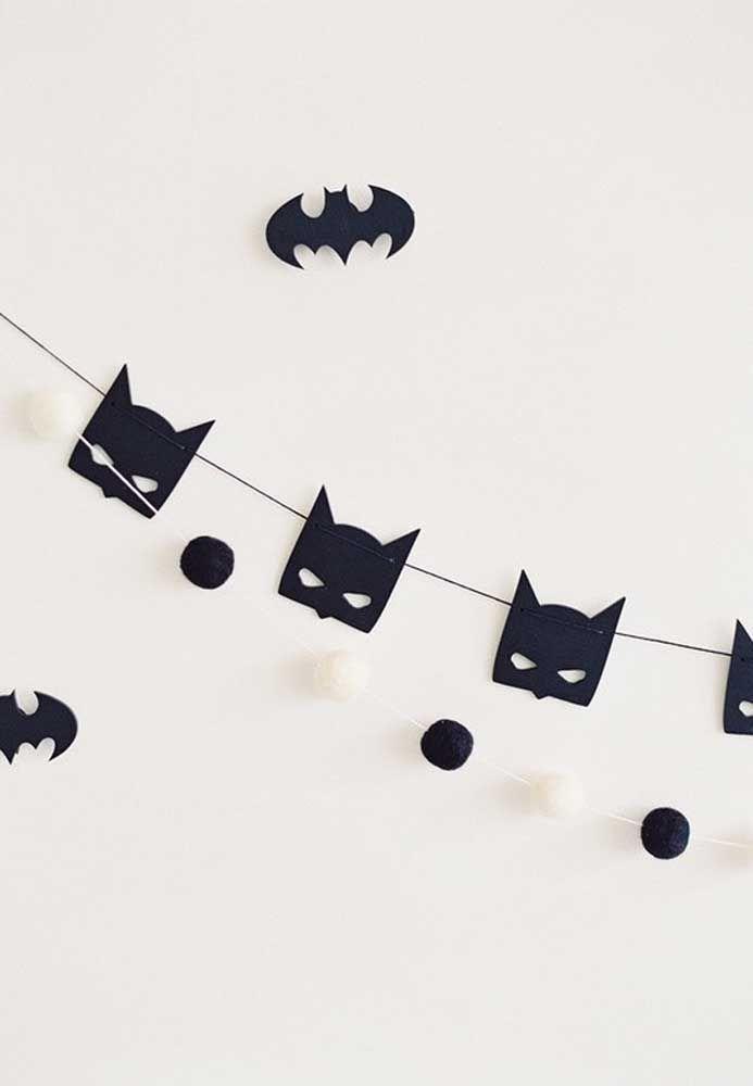 Troque as bandeirinhas pela máscara do Batman na hora de decorar o ambiente.