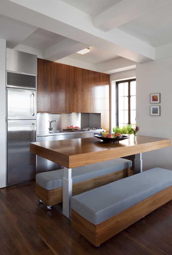 Balcões e mesas são um recurso comum nas cozinhas abertas, esses móveis delimitam visualmente os ambientes integrados