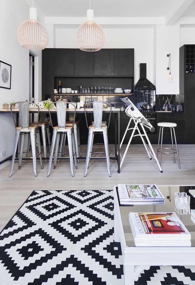 Cozinha aberta em preto e branco