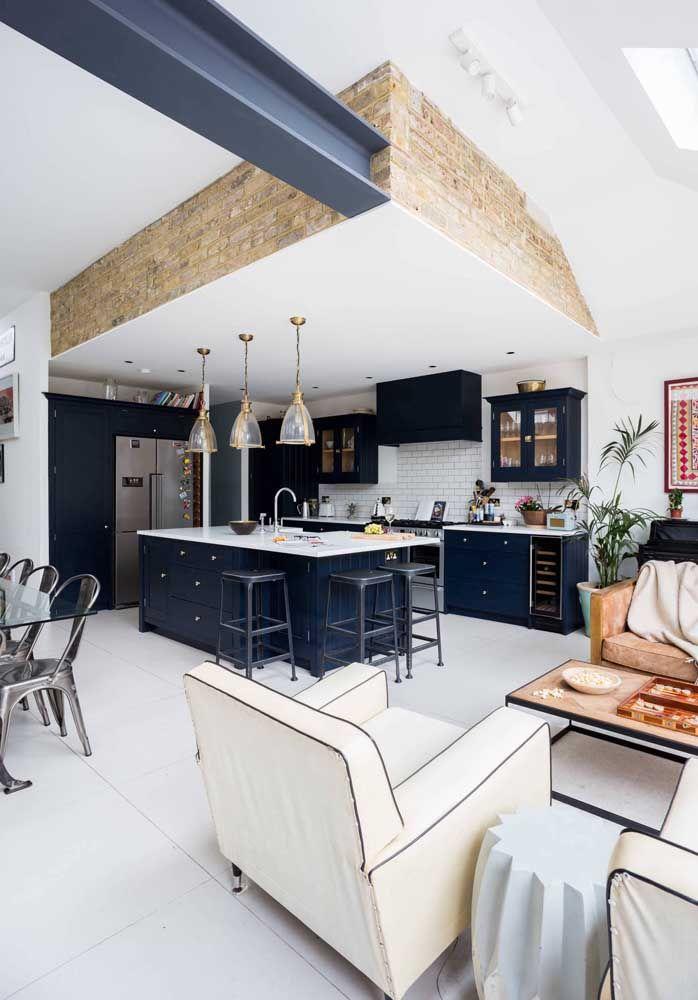 Destaque a cozinha aberta com uma cor forte e diferente do restante do ambiente