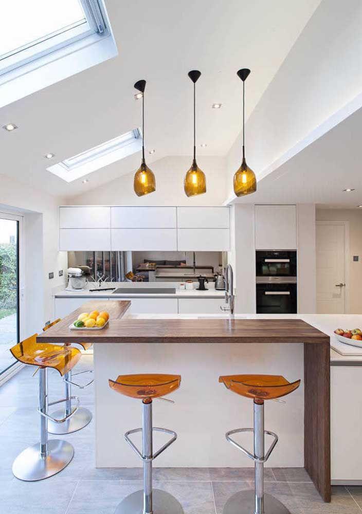 Balcão em L contorna a cozinha ampla e espaçosa