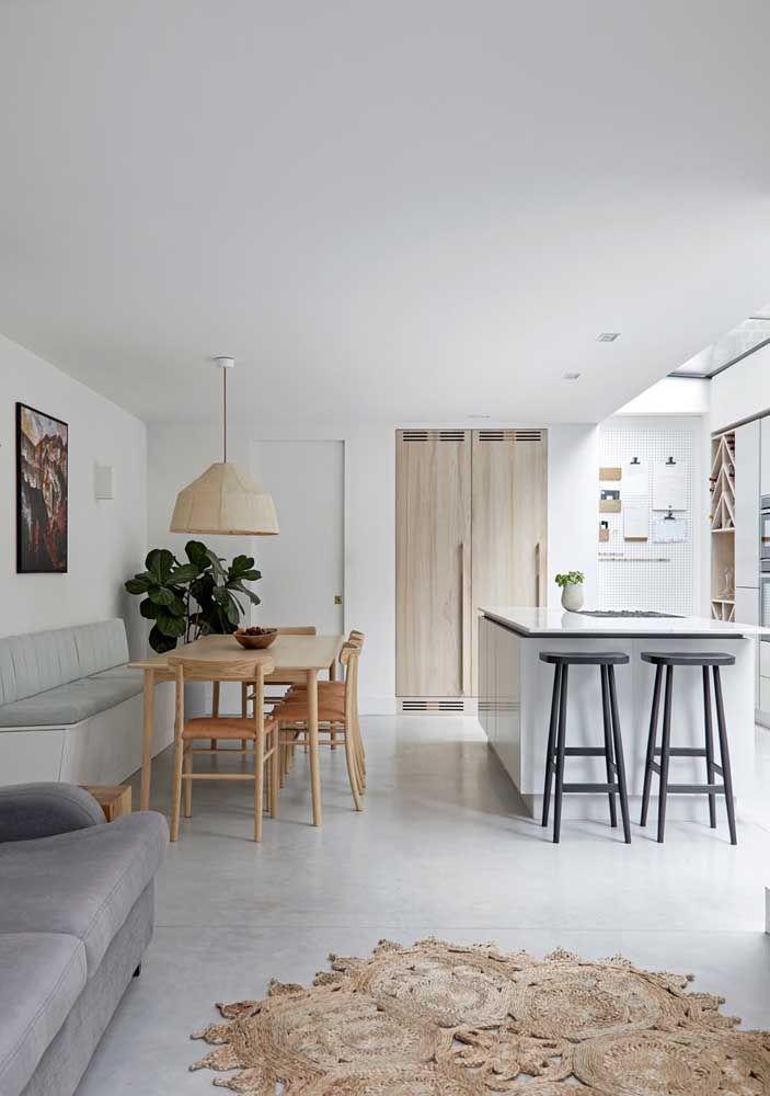 A iluminação foi prioridade nessa pequena cozinha aberta, repare que o teto translúcido permite a passagem total da luz