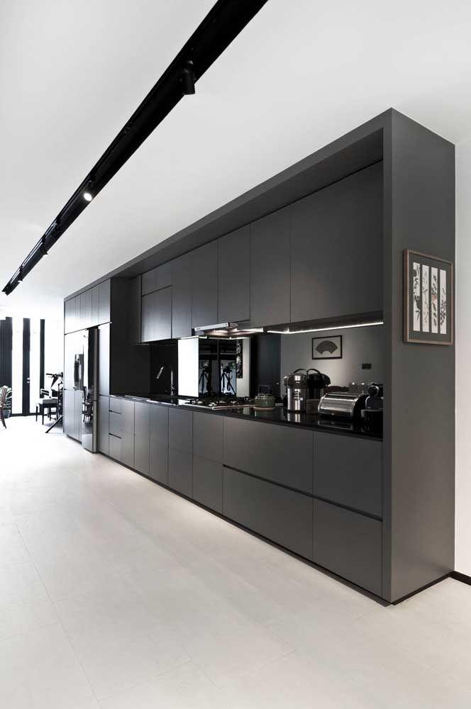 Em uma única parede tudo o que a cozinha precisa, uma maneira de deixar o espaço ainda mais amplo