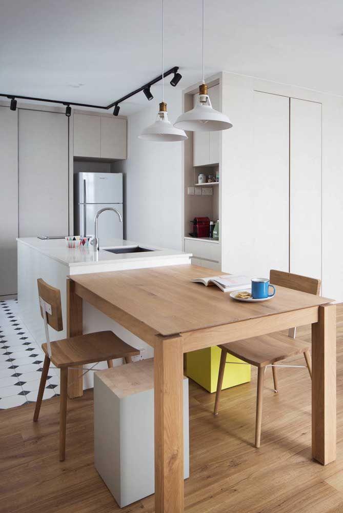 Cozinha aberta com ilha e mesa integradas