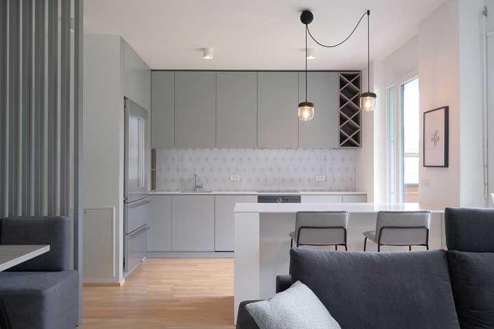 Essa cozinha aberta recebeu a neutralidade da cor cinza para ser o destaque da casa