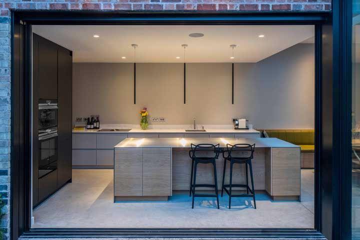O grande vão marca o acesso livre entre a cozinha e a área externa da casa