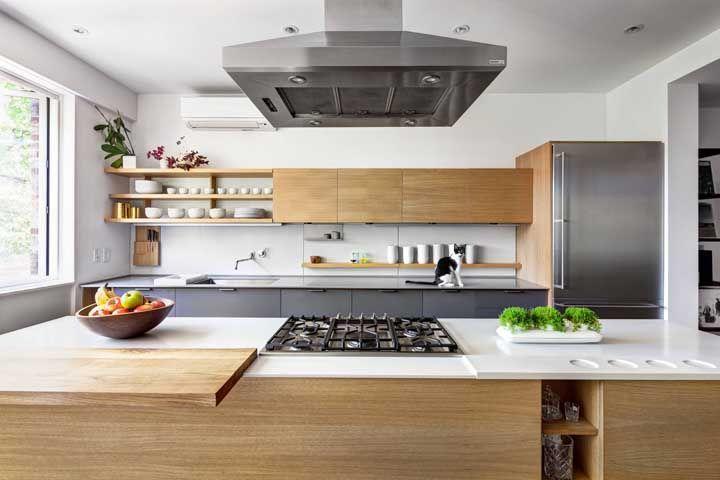 Use nichos e prateleiras para deixar a cozinha aberta mais espaçosa