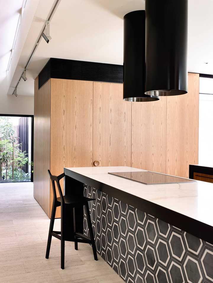 O uso de ilhas com cooktop é a marca das cozinhas abertas de estilo gourmet