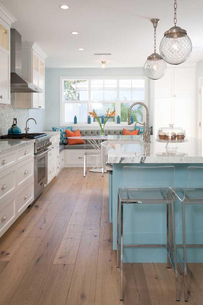 Mesmo com os móveis de marcenaria clássica, a cozinha aberta não perca a característica moderna