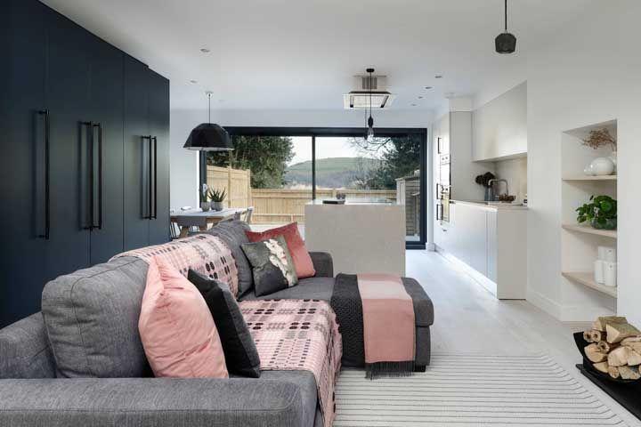 Centro das atenções: a posição da cozinha na planta fez com que ela se integrasse com a sala de estar e com o quintal ao mesmo tempo