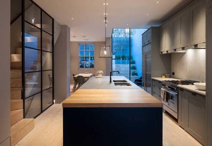 Cozinha aberta, sala e quintal: todos os ambientes em um mesmo plano de visão