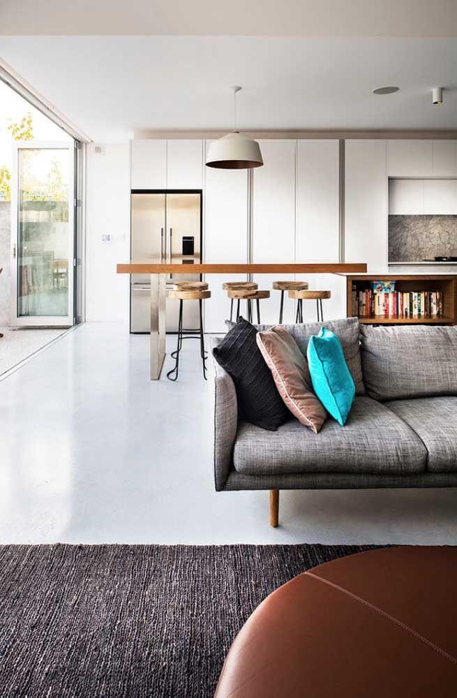 Use móveis como sofá, aparadores e balcões para marcar visualmente cada ambiente
