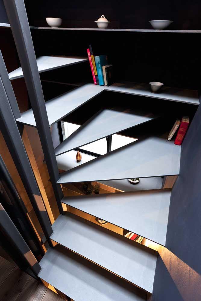Nesse projeto, a estrutura da escada de aço foi otimizada com o uso de prateleiras