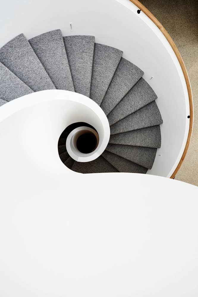 A escada de estilo caracol apostou no conforto do carpete