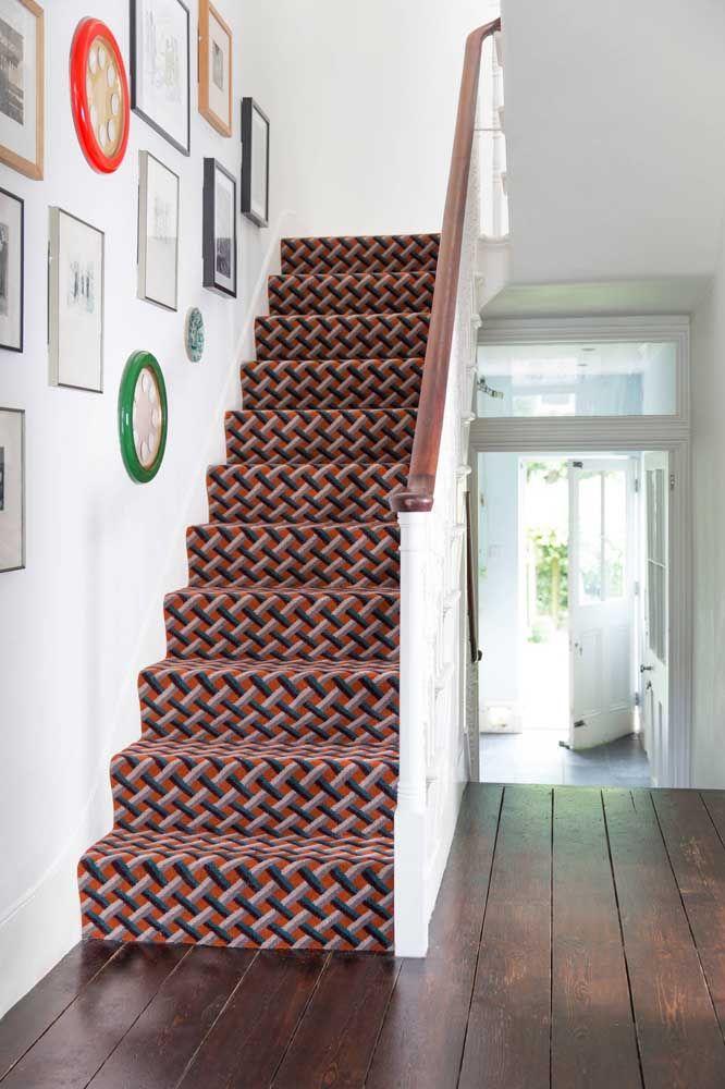 A estampa geométrica do carpete completa a decoração de influência retrô