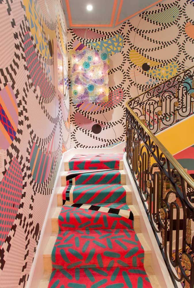 Uma escada tão colorida quanto às paredes