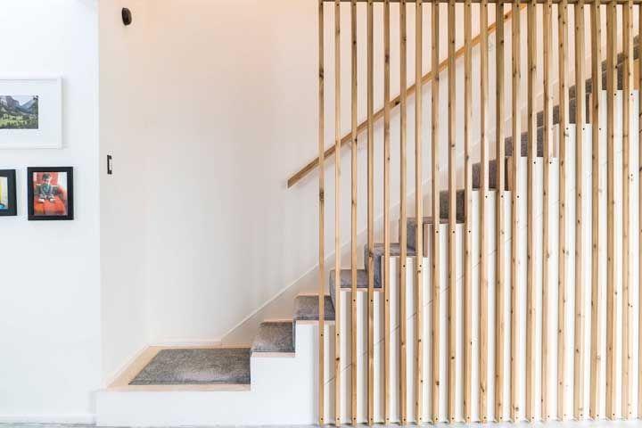 Caso não deseje revestir a escada completamente com carpete opte por usar o material apenas na faixa central