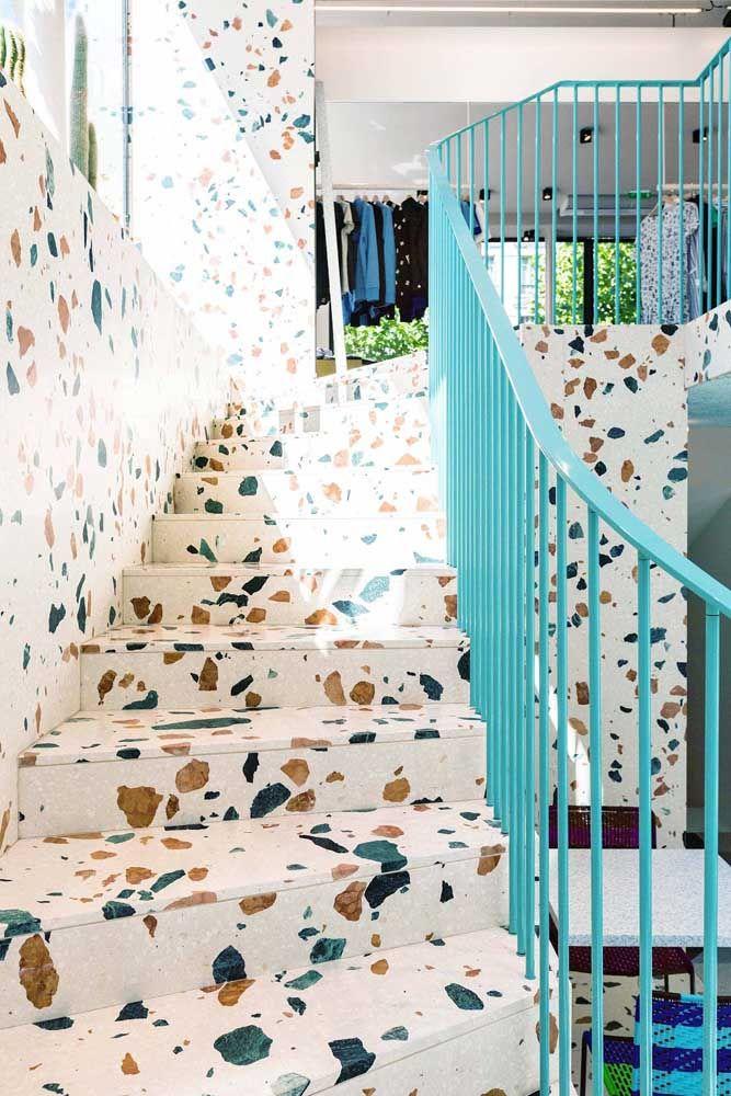 Nesse projeto, o marmorite entra como revestimento da escada e da parede complementado pelo guarda corpo azul
