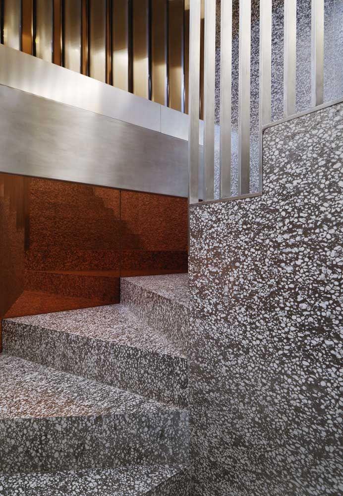 Opção de marmorite de cores neutras para projetos de escada que primam pela elegância e discrição