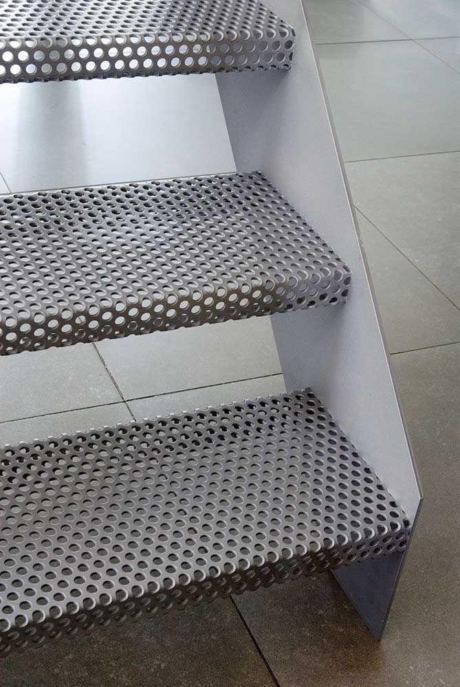 Outra opção interessante, especialmente para os projetos de estilo industrial, é o uso do aço vazado para confecção da escada