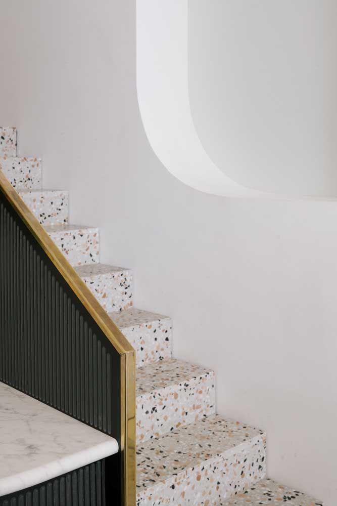 Pequenos pontos de cor para alegrar a escada