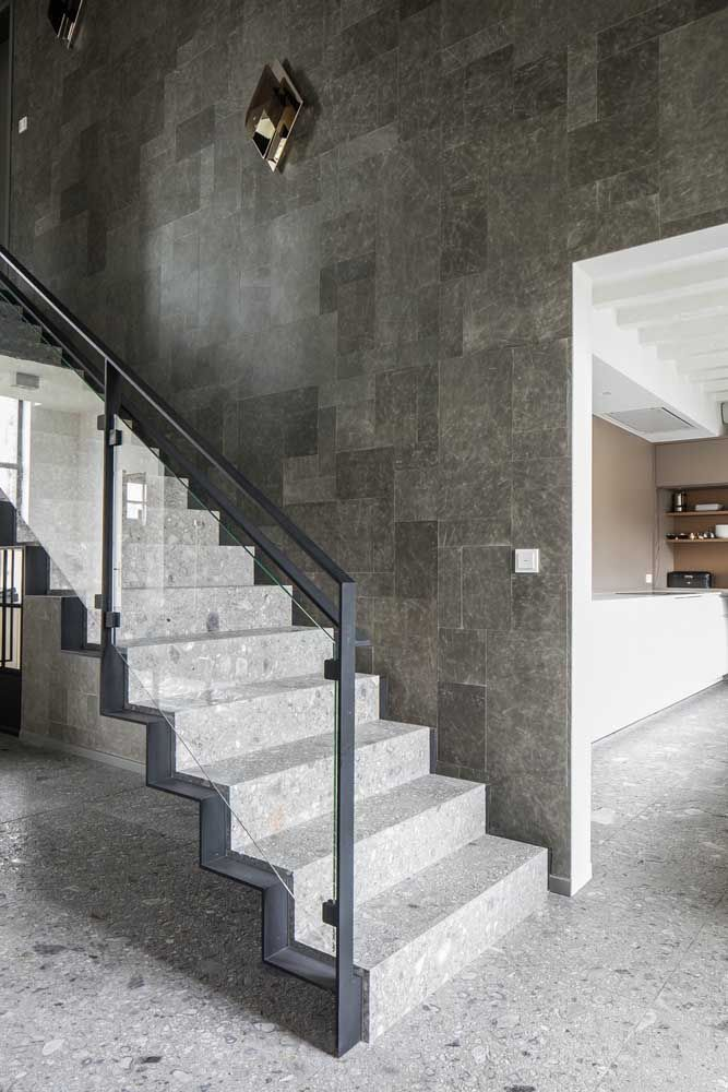 A moldura de aço do guarda corpo acompanha toda a extensão da escada de marmorite