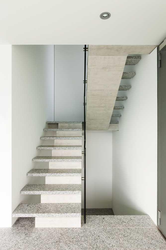 Nessa escada, o granito foi usado para formar a parte superior dos degraus, já o restante da estrutura é de alvenaria