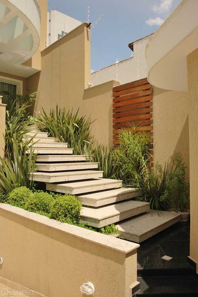 Granito claro da escada faz uma combinação perfeita com as cores da parede