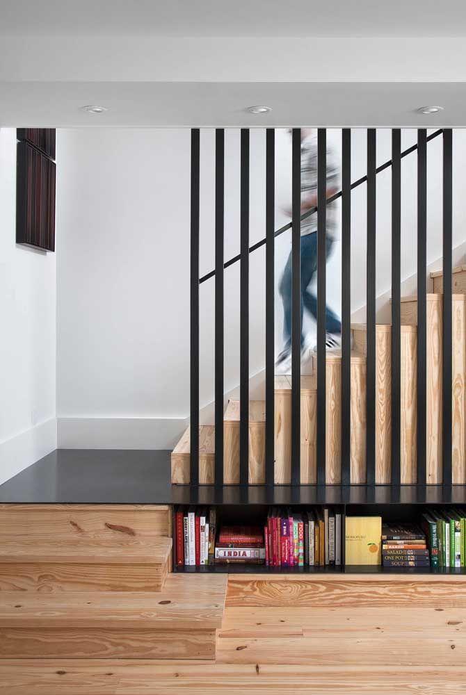 Escada toda em madeira intercalada pelo piso de aço