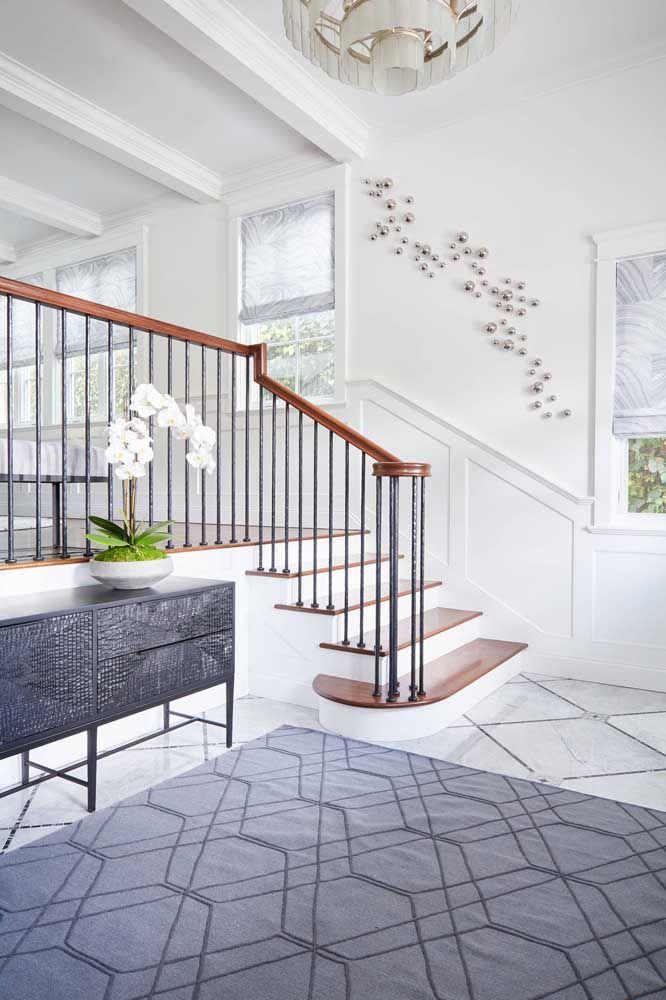 Para quem prefere algo mais clássico pode optar pela escada de alvenaria e usar a madeira apenas para revestir a parte superior dos degraus