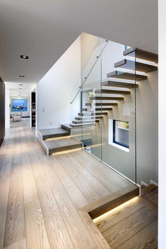 Para deixar a escada de madeira ainda mais aconchegante invista em uma iluminação indireta sob os degraus