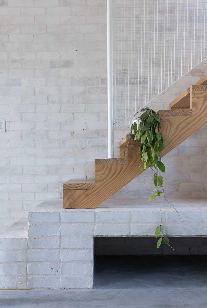 Quantos materiais cabem em um mesmo projeto de escada? Só aqui são quatro: alvenaria, tijolinhos, madeira e aço