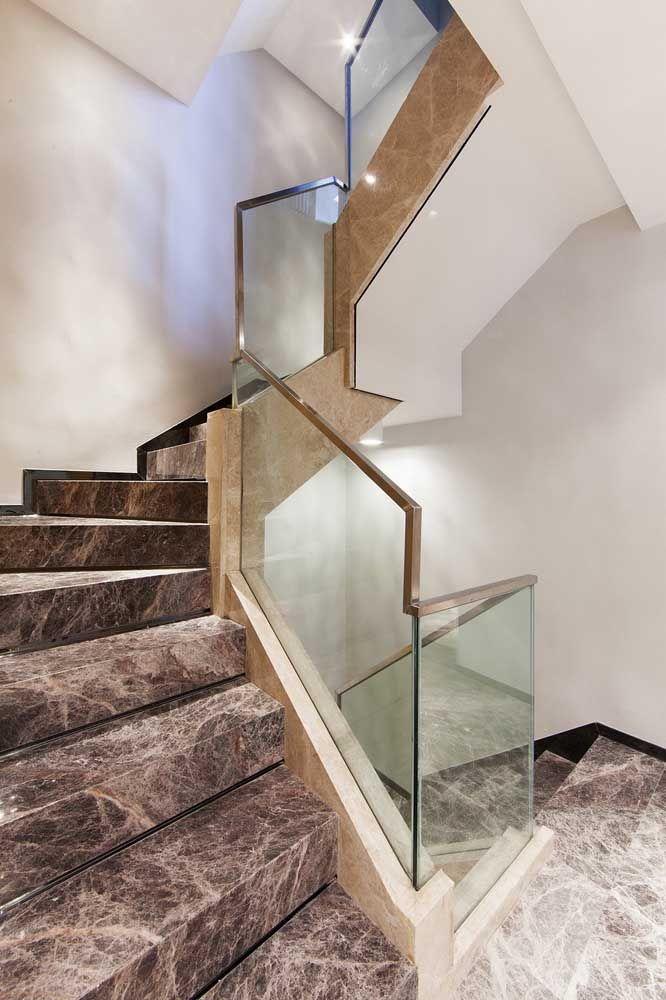 Dois tipos de mármore para o mesmo projeto de escada: um nos degraus e outro junto ao guarda corpo