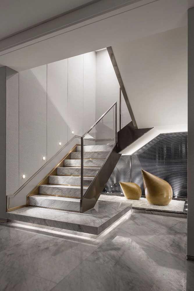 Realce ainda mais a elegância do mármore usando iluminação indireta e detalhes em dourado
