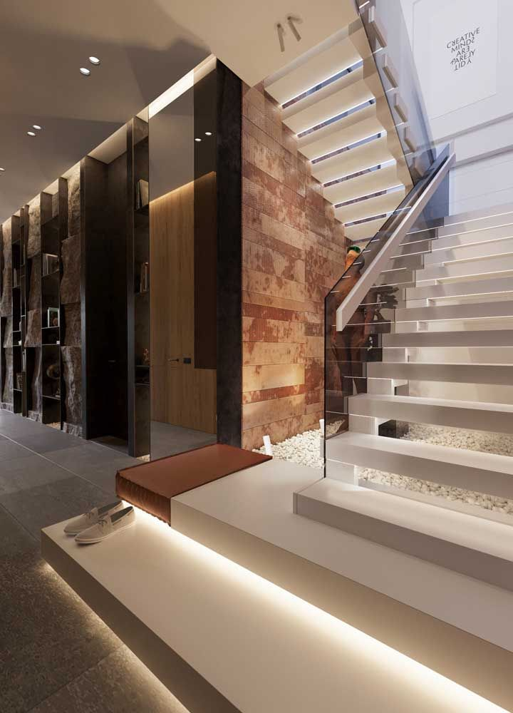 Escada vazada de mármore branco