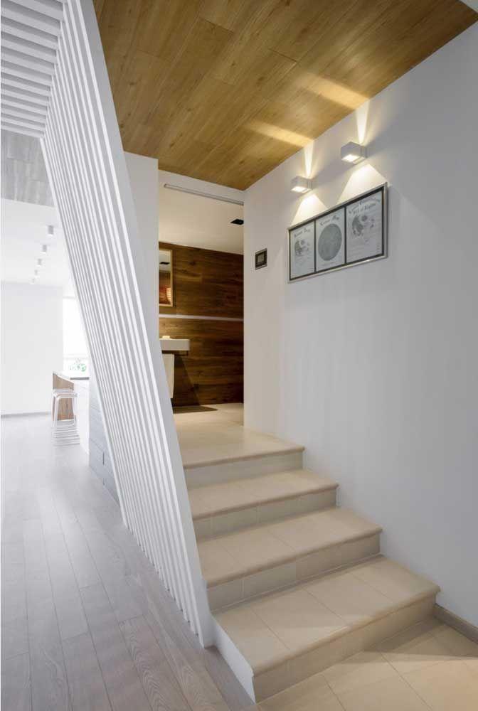 Uma opção comum é usar o mesmo piso do chão na escada