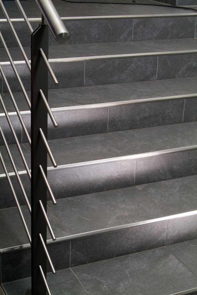 Repare como o assentamento correto do porcelanato é fundamental para a beleza da escada